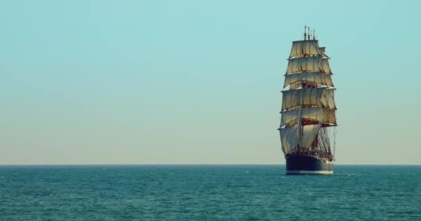 Három árbocos vitorlás hajó