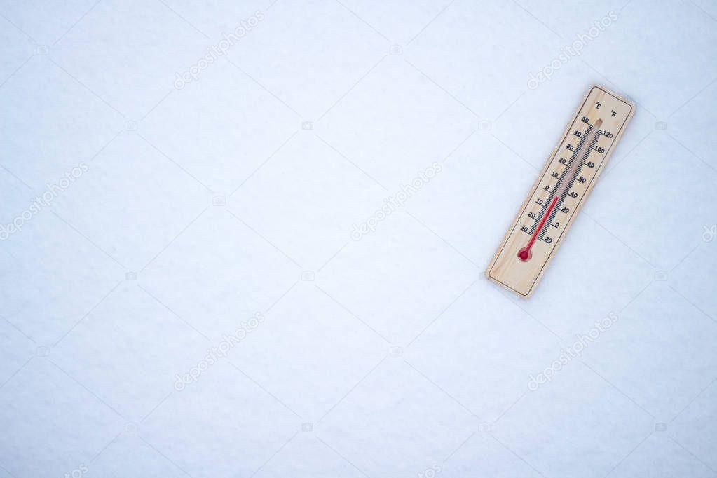 hermometer in the snow, shows the temperature of zero. Winter. F
