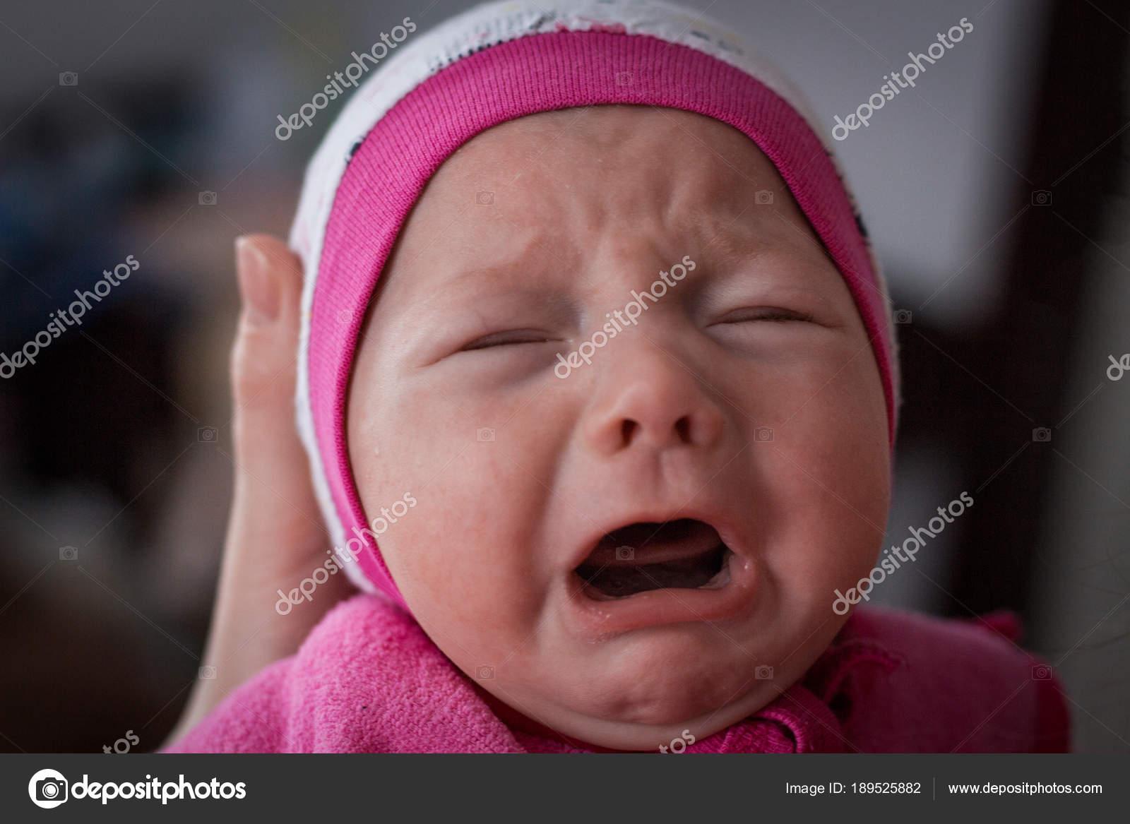 Portrait d un bébé qui pleure en vêtements roses– images de stock libres de  droits 40bc3cb1be4