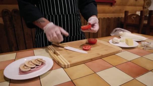 Vaření masa ve francouzštině, rajče, cibule, maso, syrové