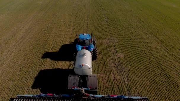 Die Einführung flüssiger Mineraldünger in den Boden mit Traktor-Winterweizen