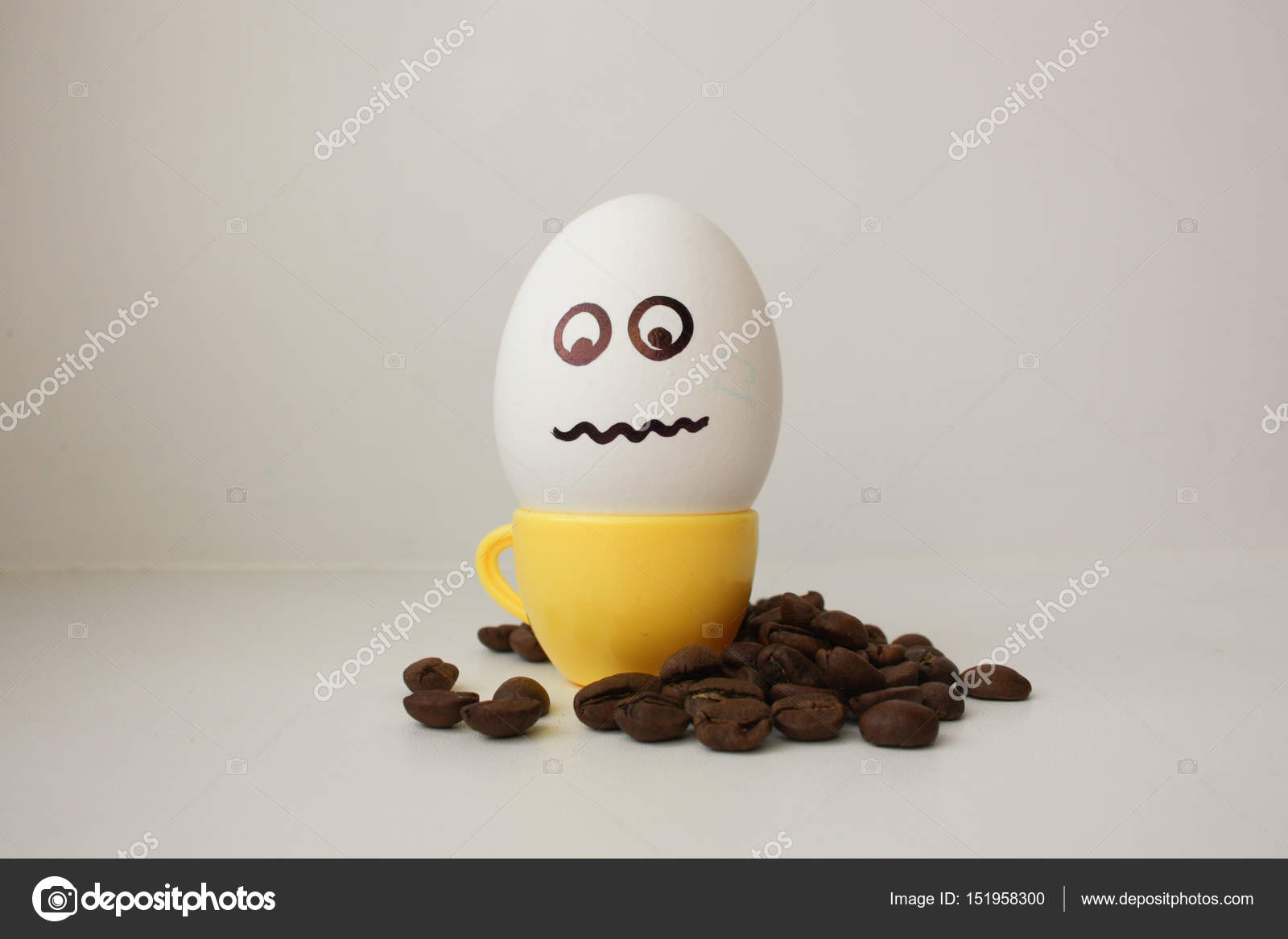 Egg with a face  Funny and cute to a coffee mug — Stock