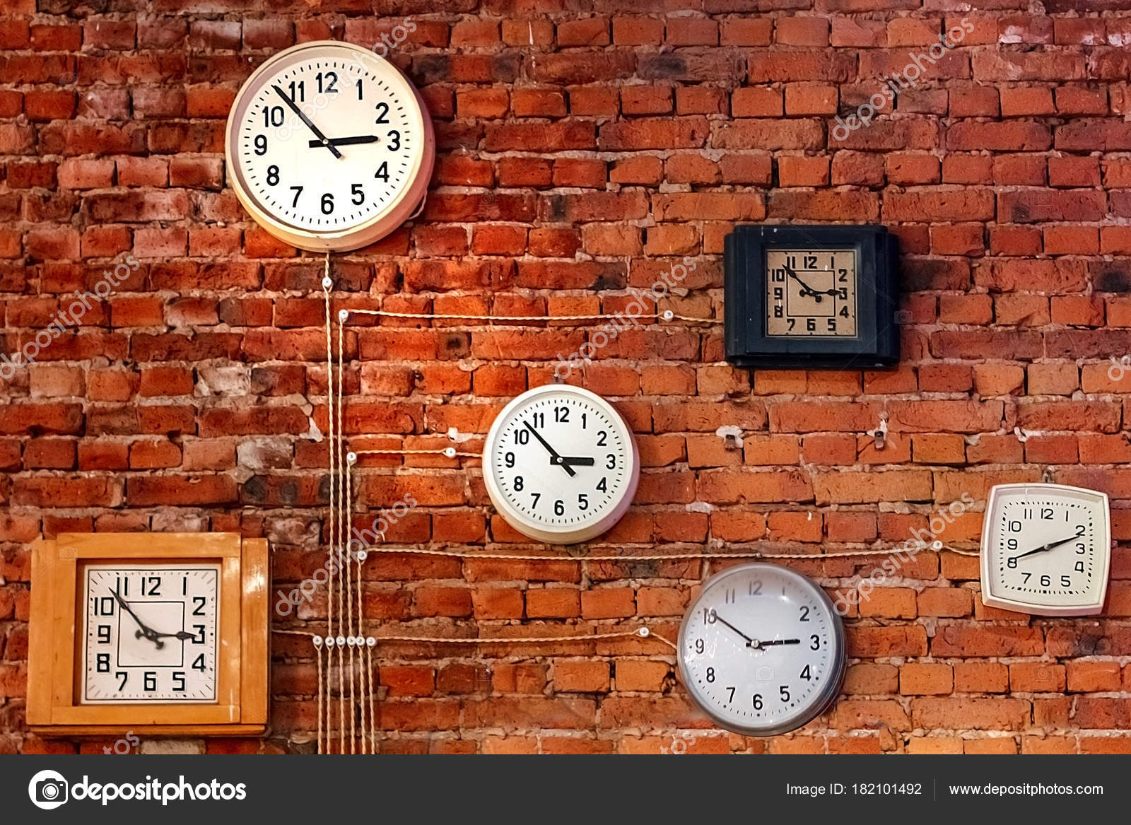 Стена кирпичная часы вокзальные текст