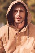 Jóképű férfi kapucnis kabát