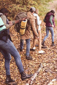 Fotografia Backpackers di amici nella foresta di autunno
