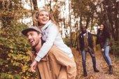 Fotografie Glückliche Freunde Spaß im Wald