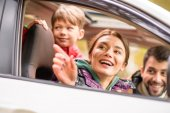 Šťastná rodina cestuje autem