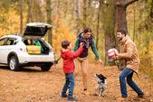 glückliche Familie spielt mit Ball