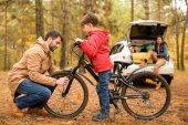 otec učil syna, jezdit na kole
