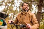 Mosolygó ember ül a kerékpár