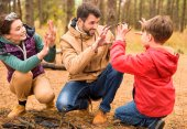 Fényképek az őszi erdő boldog család
