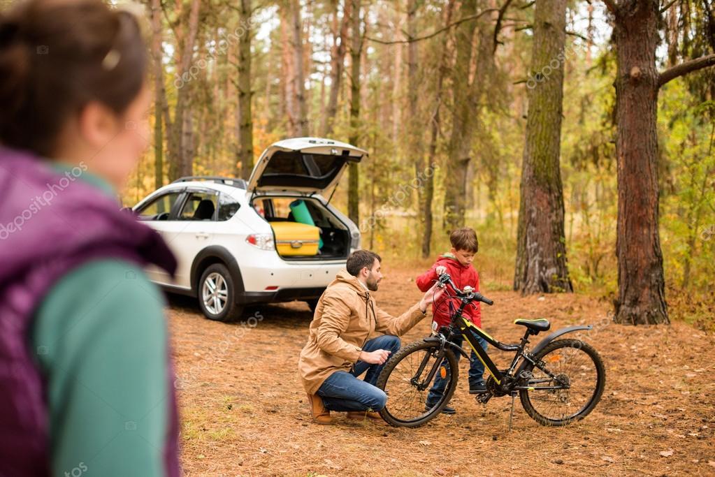 Enseñar A Los Chicos A Andar En Bici: Padre Enseñando A Hijo A Andar En Bicicleta
