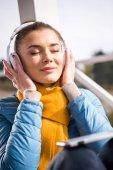 Krásná žena ve sluchátkách poslech hudby