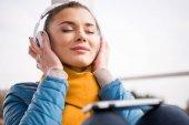 Fotografia Bella donna in ascolto musica in cuffia