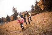 Fotografia famiglia felice giocando nel parco
