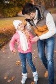 Otec dcera výuky na kolečkových bruslích