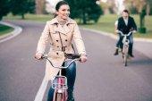 schöne lächelnde Frau mit Fahrrad