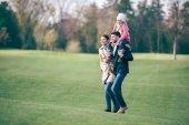 Fotografie šťastná rodina v podzimním parku