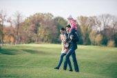 Fotografia famiglia felice, passeggiate nel parco dautunno