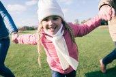 Fotografie Usmívající se dívka se baví s rodiče