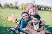 glückliche Familie umarmen und Spaß haben