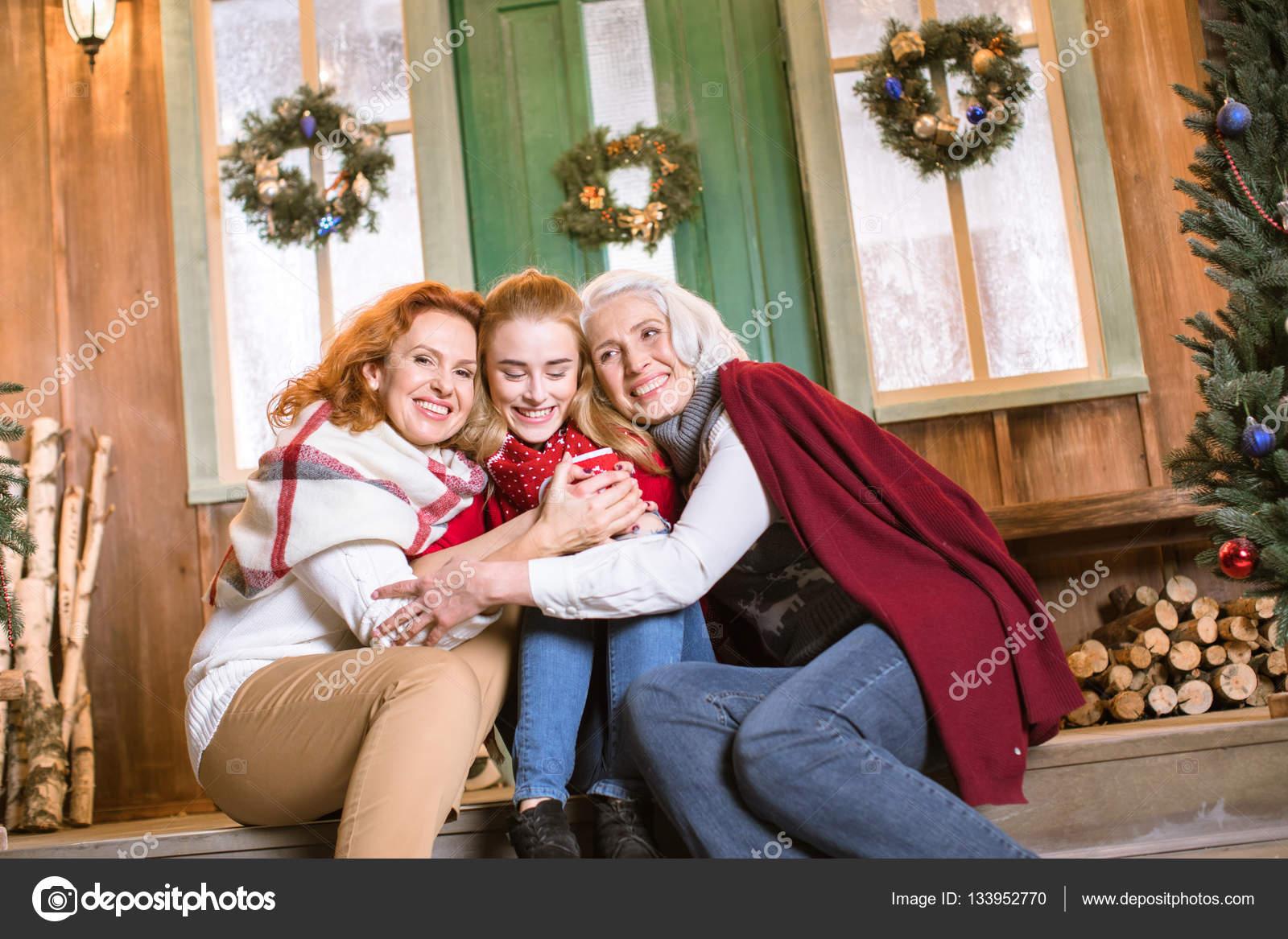 Familie trinken heißen Tee auf Treppe — Stockfoto ...