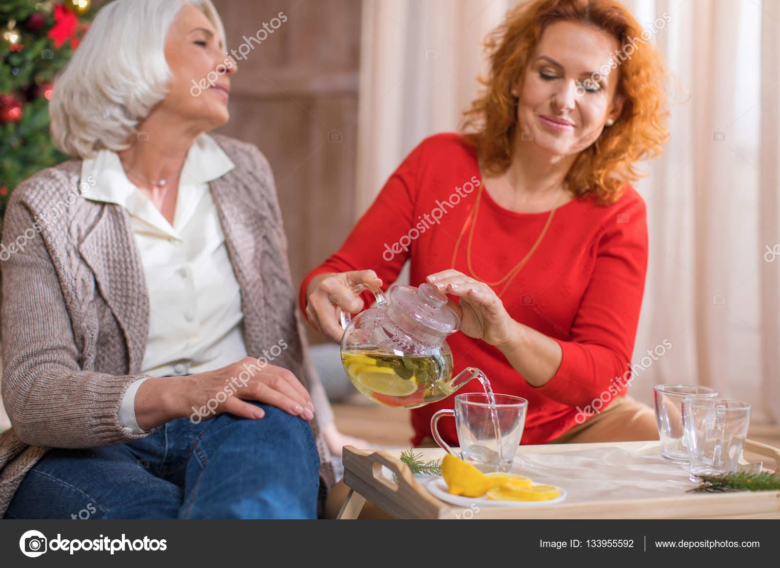 Frau Gießen Tee — Stockfoto © ArturVerkhovetskiy #133955592