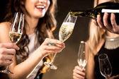 Fotografie Happy přátelé pití šampaňského