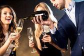 glückliche Freunde, die Champagner trinken