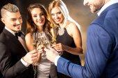 Boldog meg pezsgőt isznak