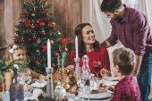 Boldog családi ünnep asztalnál