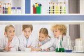 Schüler lernen im Labor
