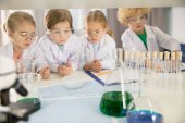 Photo Schoolchildren studying in laboratory