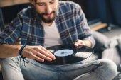 Muž, který držel vinyl záznam
