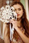Fényképek Young bohemian woman holding dreamcatcher