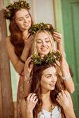 bohémské ženy v květinové věnce