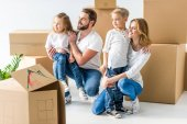 rodina stěhuje do nového domu