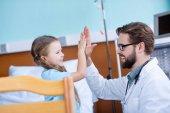 lékař a malý pacient
