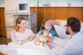 Frau mit Tochter im Krankenhaus
