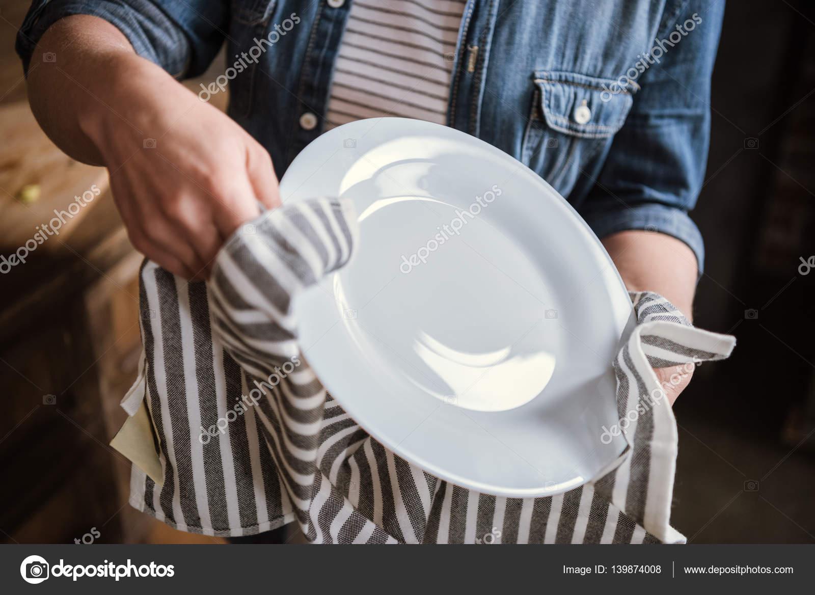 Zmywanie naczyń, czarna suszarka do naczyń - Zdjęcia stockowe czy pralko  suszarka jest dobra, obrazy i fotografie – Depositphotos