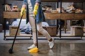 žena zametání podlahy