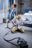 Photo Couple with vacuum cleaner