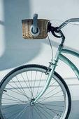 bicicletta di hipster con il cestino