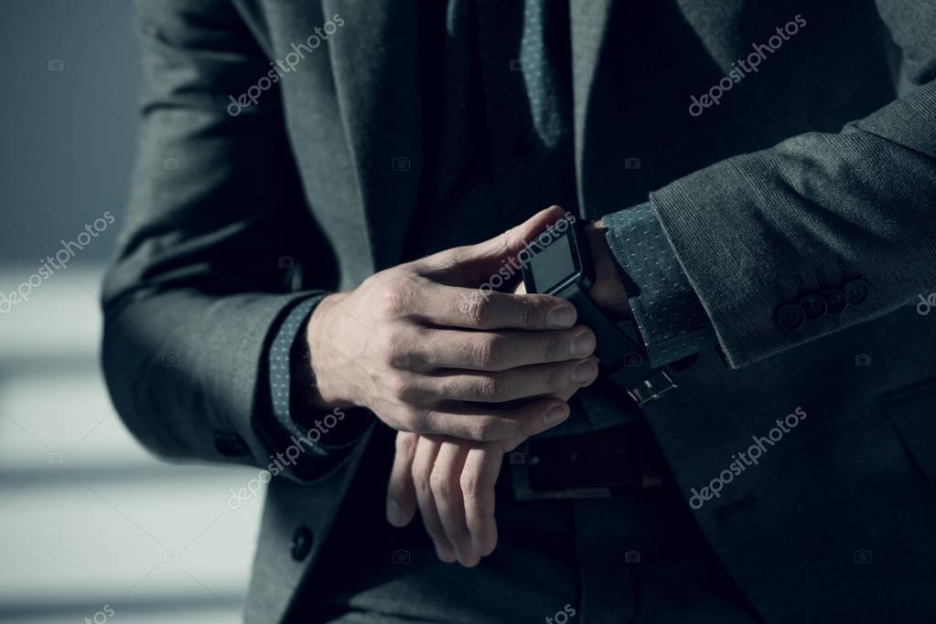 businessMan using smartwatch