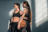 sportovní ženy s basketbalový míč