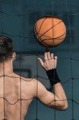 sportovní muž s basketbalový míč
