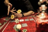 Fotografia uomo giocando a poker