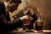 člověk pije whisky