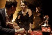 Fotografie pár hrát poker