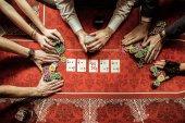 Fotografia giovani giocando a poker